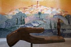"""La sculpture """"Qui ?"""" en bronze patiné fait office d'autel. Elle a été fondue à l'atelier Romain Barelier à Ivry-sur-Seine."""