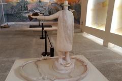 """La sculpture """"La source"""" en marbre rose du Portugal fait office de Bénitier. Elle a été réalisée par le sculpteur Franco Cervietti à Pietrasanta"""