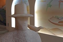 """La scumpture """"La source"""" en marbre rose du Portugal fait office de Bénitier. Elle a été réalisée par le sculpteur Franco Cervietti à Pietrasanta"""