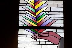 Les vitraux ont été réalisés par Jacques Loire, maître verrier à Chartres, assisté de son fils Bruno. Les dessins de Folon sont purement inspirés de la vocation caritative de la confrérie des Pénitents Blancs : secours des plus démunis par l'entraide et le don.