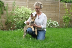 Avec ma nouvelle maman dans mon jardin.